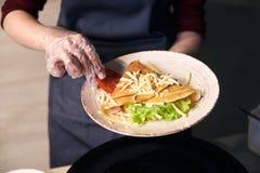 La crêpe de sandwich s'est enroulée avec des légumes et servir dans le plat blanc Nourriture de petit déjeuner chaude traditionne photo libre de droits