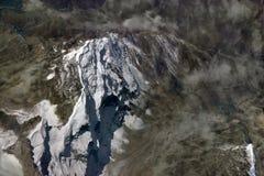 La crête de haute montagne parmi les vallées et les chaînes de l'Himalaya, le glacier couvre le dessus, la brume des cirrus, Indi Photos stock