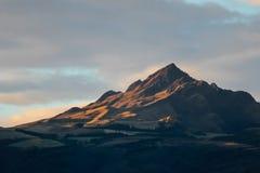 La crête de Rolling Hills et de montagne pendant le matin rougeoient Image libre de droits