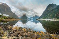 la crête neuve nationale de stationnement de mitre de milford de fiordland retentit la zélande Milford Sound Image stock