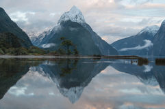 la crête neuve nationale de stationnement de mitre de milford de fiordland retentit la zélande Milford Sound Images stock