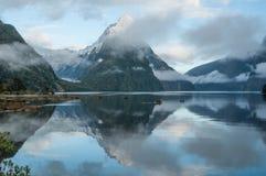 la crête neuve nationale de stationnement de mitre de milford de fiordland retentit la zélande Milford Sound Photographie stock libre de droits