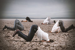 La crainte de la crise avec des hommes d'affaires aiment une autruche Image stock