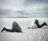La crainte de la crise avec l'homme d'affaires aiment une autruche Photos libres de droits