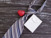La cravate, coeur, boîte-cadeau de fête célèbrent le vieux fond en bois noir, jour heureux du ` s de père, rétro Images stock