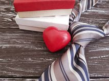 La cravatta, cuore, romantico festivo del contenitore di regalo celebra il vecchio fondo di legno nero, il giorno felice del ` s  Fotografie Stock