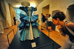 La creación italiana del diseñador de moda de Roberto Capucci llamó a Ocean en la exhibición foto de archivo libre de regalías