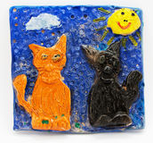 La creatividad de los niños, fondo gris, niños que modelan gatos Imagenes de archivo