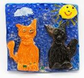 La creatività dei bambini, fondo grigio, bambini che modellano i gatti Immagini Stock
