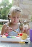 La creatività dei bambini - gouache del disegno sulle verdure Immagini Stock