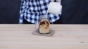 La crema è versata in un cocktail del caffè archivi video
