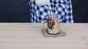 La crema è versata in un cocktail del caffè video d archivio