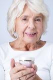 La crema antinvecchiamento contribuisce a tenere il vostro fronte giovane fotografie stock libere da diritti