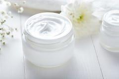 La crema cosmetica dell'anti grinza con i fiori di erbe affronta la cura Immagini Stock
