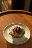 La crema y el chocolate blancos de la magdalena ruedan con el polvo del chocolate adentro Fotografía de archivo