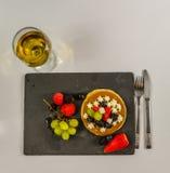 La crepe grande con la fruta poner crema y fresca azotada, strawberri Fotos de archivo libres de regalías