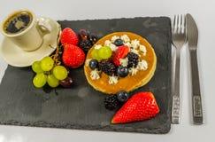 La crepe grande con la fruta poner crema y fresca azotada, strawberri Foto de archivo