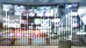 La crescita dell'economia della doppia esposizione diagrams su fondo vago Concetto di investimento e di affari immagini stock