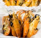 La crevette de gril, fruits de mer, crevette cuite au four dans la boîte de mousse photographie stock
