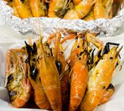 La crevette de gril, fruits de mer, crevette cuite au four dans la boîte de mousse photo stock