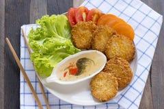 La crevette durcit sur la table en bois, nourriture thaïlandaise Photographie stock