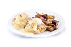 la crevette eggs Benedict avec des pommes de terre rissolées Photo stock