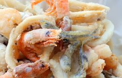 la crevette a fait frire dans le traiteur de la spécialité de poissons images libres de droits