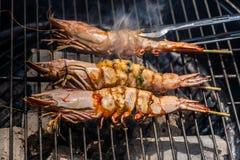 La crevette grillée ou le BBQ facile a grillé la crevette sur le gril régime ou concept de cuisson photos stock