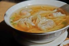 La crevette rose a gagné le style de Cantonese de soupe de nouilles de boulettes de tonne Image stock