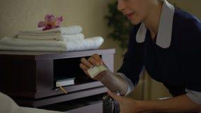 La criada codiciosa roba los euros que el dinero de residentes del hotel frunce después de limpiar, hurto almacen de video