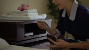 La criada inmoral roba el dinero de los dólares de la cartera de los residentes del hotel, thievery almacen de video