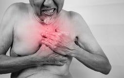 La crise cardiaque possible de douleur aiguë, homme supérieur est saisissant lui che Photographie stock libre de droits