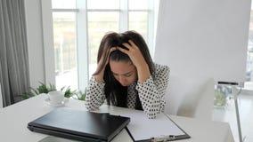La crisis financiera, empleado en la depresión, oficinista con el ordenador en la tabla imprime el texto, muchacha hermosa que el metrajes