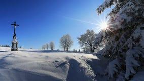 La crisis religiosa en el paisaje del invierno encendió el sol del mediodía Forest Sumava bohemio República Checa Fotos de archivo libres de regalías