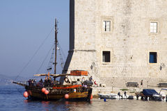 La Croatie : Bateau d'excursion dans Dubrovnik Photo libre de droits