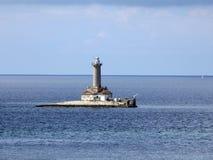 La Croatie, Medulin, parc naturel Kamenjak, vue du phare au milieu de la mer photographie stock libre de droits