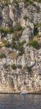 La Croatie, voilier sous la côte d'île de Ciovo Photo libre de droits