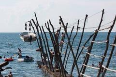 La Croazia giugno 2014 - la gente che gioca nell'acqua da qualche parte in una spiaggia della Croazia su un vecchio molo di legno Fotografia Stock