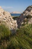 La Croazia, isola del PAG, Rucica, spiaggia, baia, erba, strada non asfaltata, rilassamento, facente un'escursione, festa, Europa Fotografia Stock Libera da Diritti