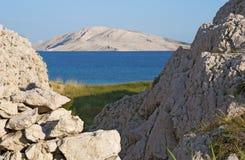 La Croazia, isola del PAG, Rucica, spiaggia, baia, erba, strada non asfaltata, rilassamento, facente un'escursione, festa, Europa Fotografie Stock Libere da Diritti
