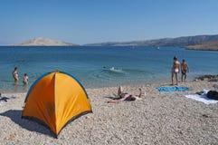 La Croazia, isola del PAG, Rucica, spiaggia, baia, tenda, accampantesi, rilassamento, facente un'escursione, festa, Europa, isola Fotografia Stock Libera da Diritti