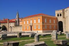 La Croazia, Zadar - resti del forum romano sul quadrato davanti alla chiesa della st Donata immagini stock