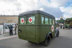 La croce rossa dell'automobile nel quadrato del palazzo a St Petersburg su 11 A Fotografie Stock Libere da Diritti