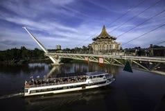 La crociera del fiume di Sarawak passa a ` s di Kuching l'attrazione iconica di turismo, il Darul Hana Bridge e il comple dell'as Immagini Stock Libere da Diritti