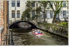 La crociera della barca sui canali di Bruges, Belgio Fotografia Stock Libera da Diritti