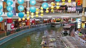 La crociera delle miniere è un giro della barca su due grandi laghi accanto al centro commerciale delle miniere in Seri Kembangan video d archivio