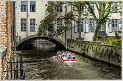La croisière de bateau sur les canaux de Bruges, Belgique Photographie stock libre de droits