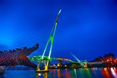 La croisière de rivière de Sarawak passe au ` s de Kuching l'attraction iconique de tourisme, le Darul Hana Bridge et le comple d Images libres de droits