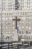 La croix au commerce mondial domine site commémoratif pour le 11 septembre 2001, New York City, NY Images libres de droits