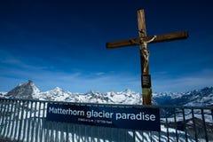 La croix au paradis de glacier de Matterhorn Image stock